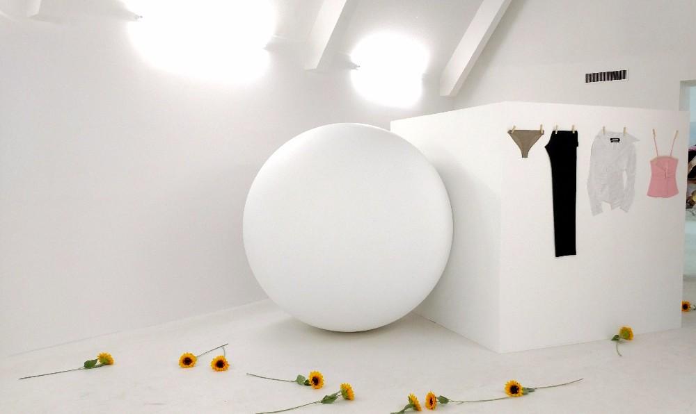 Exposição #1: formas nas esculturas, roupas flat no Museu de Arte Contemporânea de Marselha.