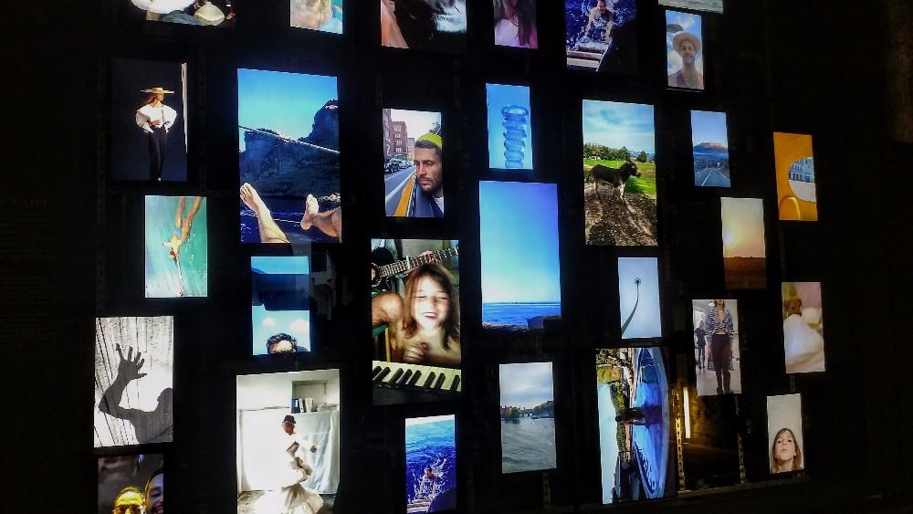 Exposição #2: mural audiovisual com cada traço da vida de SImon Porte que ganha reinterpretação na moda que faz. Foto de Guga Santos.