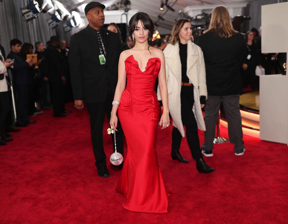 Grammy 2018: Camila Cabello, de Vivienne Westwood e bolsa Judith Leiber