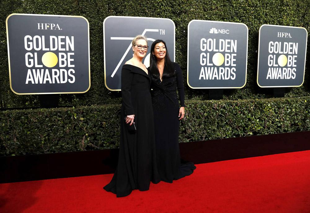 Meryl Streep com Ai-jen Poo, diretora da Aliança Nacional de Trabalhadoras Domésticas, no tapete vermelho do Globo de Ouro 2018