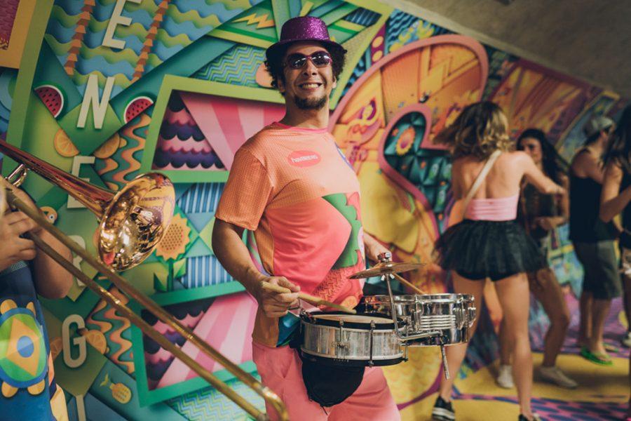 Havaianas arma agito de Carnaval 2018 no metrô de SP